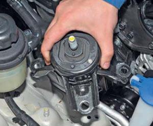 снятие опоры двигателя