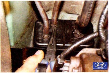 Снятие и установка адсорбера системы улавливания паров топлива Hyundai