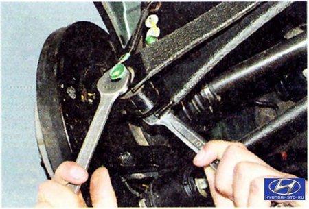 Tucson –  Ходовая часть –  Задняя подвеска –  Замена заднего поперечного рычага задней подвески